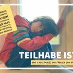 Foto eines traurigen Jungen, der auf einer Fensterbank sitzt und den Kopf auf die Knie stützt. Die Überschrift dazu lautet: Teilhabe ist: Eine Schule im Kiez und Freunde zum Spielen.