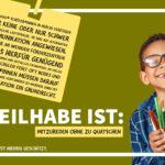 Foto eines lachenden Jungen mit Zahnlücke und Brille, der ein paar Stifte hält. Die Überschrift dazu lautet: Teilhabe ist: Mitzureden ohne zu Quatschen.