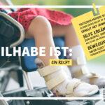 Auf dem Foto sehen wir die Beine eines kleinen Mädchens, die unter einem Rock hervorschauen. Sie trägt Orthesen an den Füßen und Unterschenkeln und sitzt im Rollstuhl. Die Überschrift dazu lautet: Teilhabe ist: ein Recht.